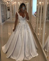 Elegant Sweetheart Lace Applique Satin Wedding Dress With Flowers
